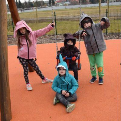 Gyerekruhák és kiegészítők
